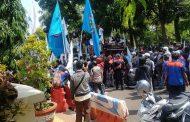Sejumlah Massa Buruh SPSI dan FSPMI Unjuk Rasa ke DPRD Cimahi
