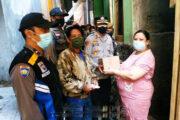 Polsek Bandung Kulon, Bagikan Sebako Kepada Warga Terdampak Covid-19